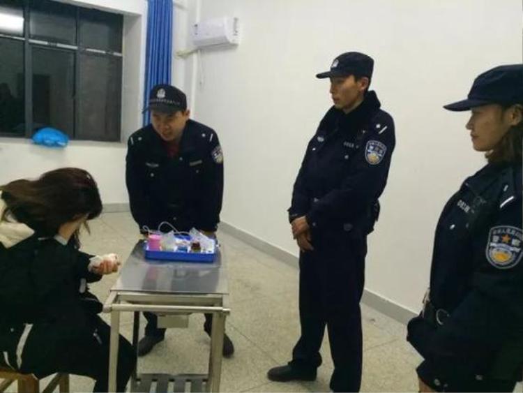 Cảnh sát ân cần hỏi chuyện cô Hồng.