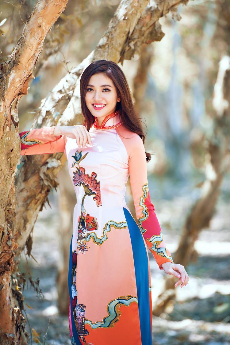 Hoa văn được thể hiện sống động và sắc nét tạo hiệu ứng thị giác như đang thưởng thức những chiếc áo dài may đo từ gấm truyền thống.