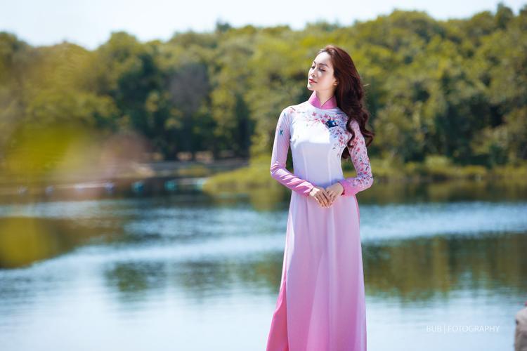 Những gam màu rực rỡ như vàng, hồng, đỏ hoặc xanh kết hợp cùng kiểu dáng truyền thống sẽ là gợi ý cho những quý cô yêu thích phong cách cổ điển.