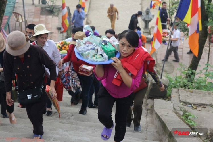 Hàng năm, chùa Hương Tích (xã Thiên Lộc, huyện Can Lộc, Hà Tĩnh) thu hút hàng chục vạn lượt du khách trong tỉnh cũng như thập phương tới tham quan, thắp hương cầu phúc, cầu tài.