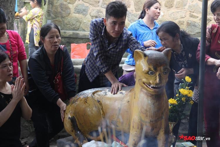 Chưa có cơ sở khoa học khẳng định việc sờ tượng hổ ở chùa Hương Tích có thể chữa bệnh, nhưng mọi người cho hay vẫn cảm giác tinh thần sảng khoái và khỏe lên.