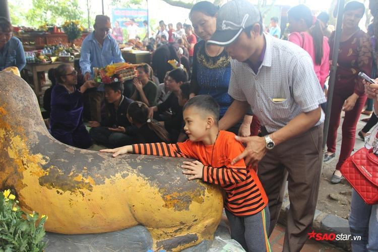 Đại diện Ban quản lý chùa Hương Tích cho biết việc người dân sờ lên hổ để chữa bệnh đã tồn tại nhiều năm qua. Việc sờ tượng hổ có thể chữa bệnh chỉ là do người dân truyền tai nhau chứ không có căn cứ nào chứng minh.