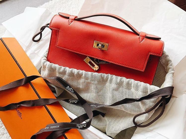 Không kém cạnh các người đẹp khác, Huyền My khoe chiếc túi Hermes được tặng nhân ngày 8/3. Thiết kế tông màu cam cùng những đường may sắc nét khá hiện đại hợp với phong cách mà á hậu hướng đến.