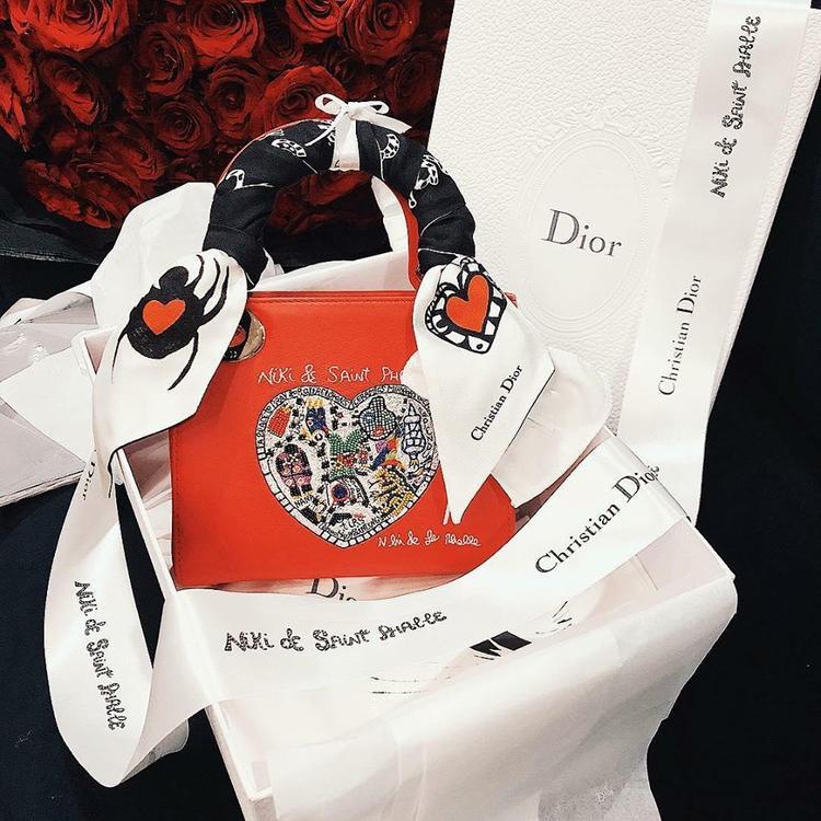Trên trang cá nhân, Kỳ Duyên đăng tải món quà 8/3 mà cô được tặng là chiếc túi Dior thêu tinh tế.