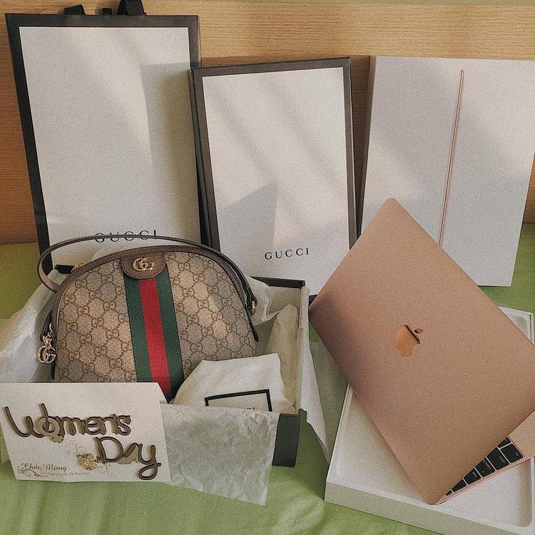 """Hoàng Yến Chibi cũng """"khoe"""" chiếc túi Gucci đắt giá lên trang cá nhân, đây là một món quà cô nàng nhận được từ mẹ của mình."""