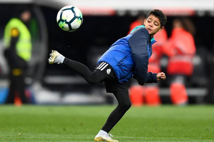 Clip: Con trai Ronaldo trổ tài làm xiếc với trái bóng