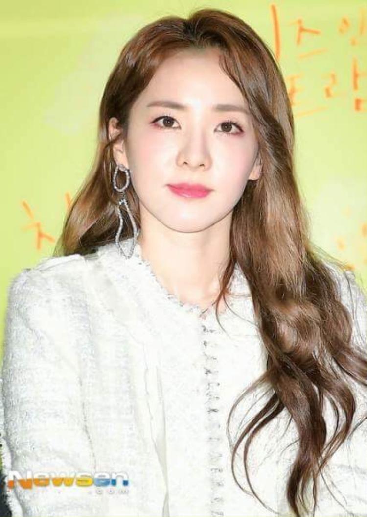 Vẻ đẹp của Dara át mất phần hào quang của Oh Yeon Seo.