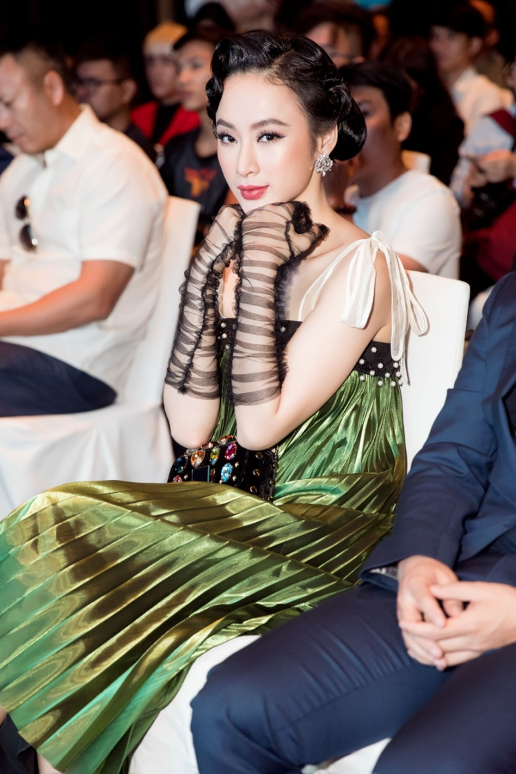 Trong thời gian tới, Angela Phương Trinh tiếp tục hé lộ dần những dự án cá nhân về điện ảnh, thời trang… để chứng minh khả năng biến hóa đa dạng trong nhiều vai trò khác nhau. Cô cho biết 2018 hứa hẹn là một năm khởi sắc sau thành công của vai nữ chính trong phim Glee vừa kết thúc cách đây không lâu.