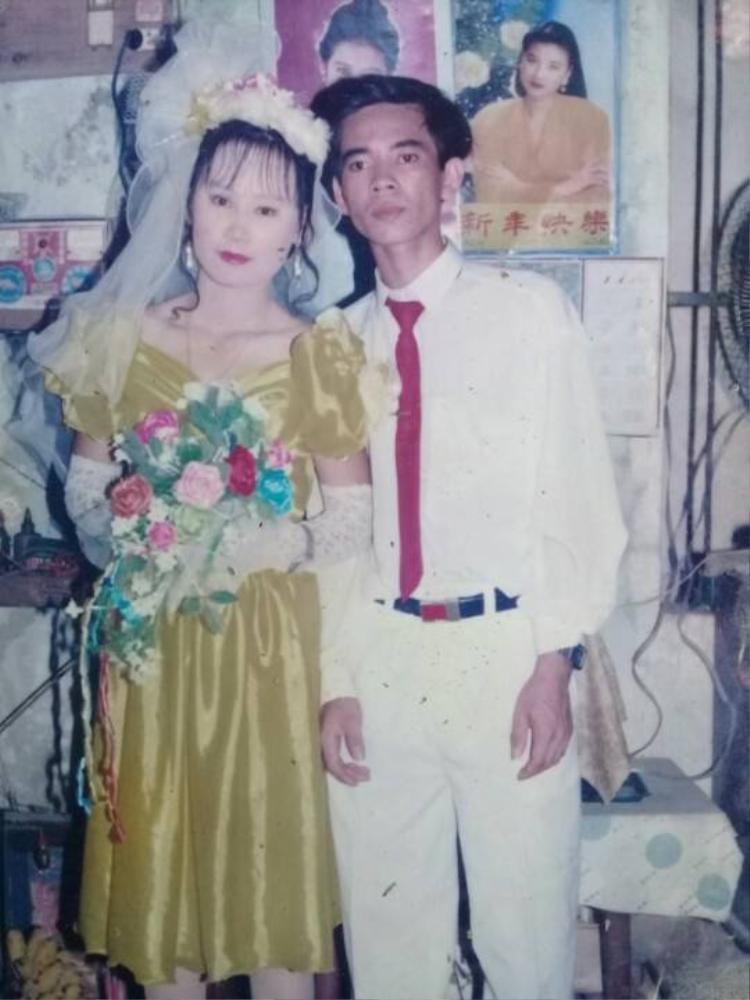 Váy cưới của cô dâu đơn giản và nhẹ nhàng hơn so với bây giờ.
