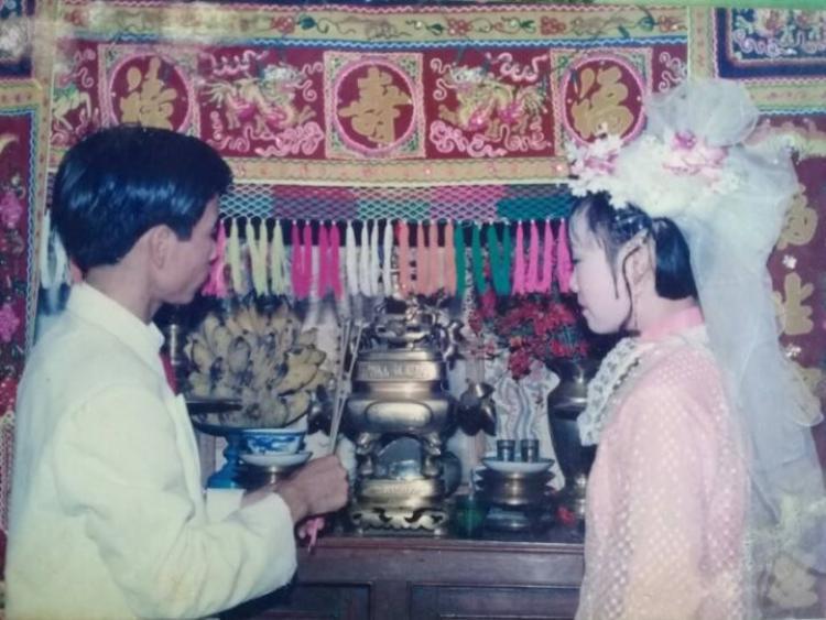 Mũ mấn hoa của cô dâu khá cầu kỳ.