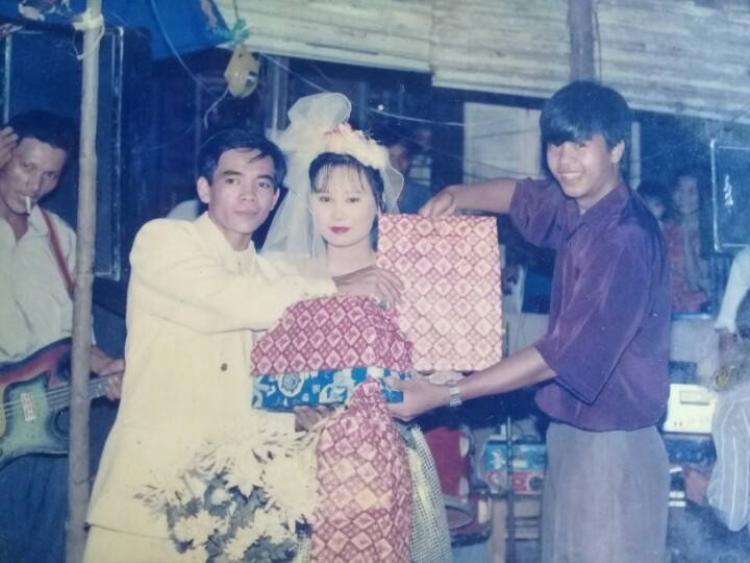 Ngày đó thay vì tặng phong bì, người ta vẫn có tục tặng quà cưới đúng nghĩa.