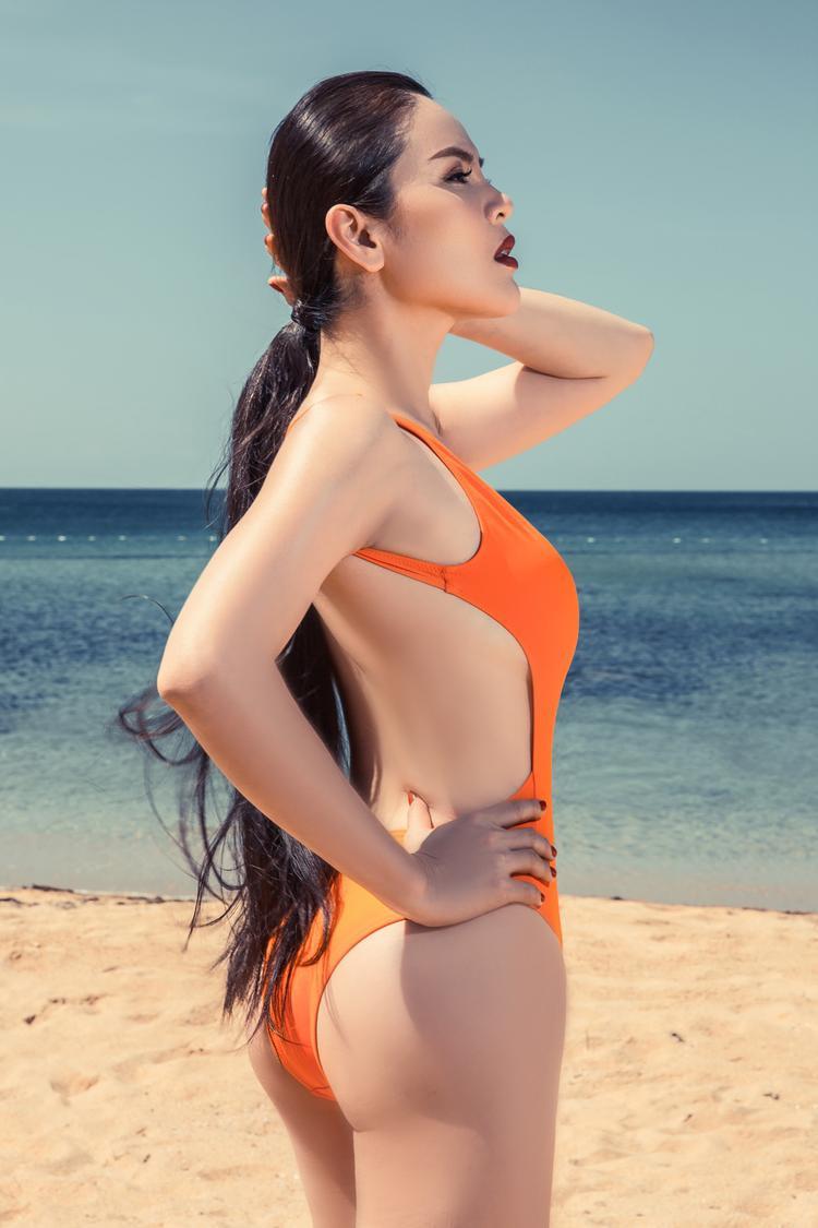 Cô tỏ ra vô cùng thông minh khi lựa chọn trang phục bikini được cắt cúp tỉ mỉ, khéo léo khoe làn da nuột nà cùng vòng eo đáng mơ ước.