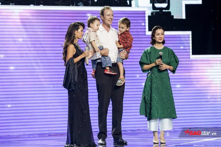 Phần giao lưu vui nhộn của gia đình Thanh Tuyền Ebony khiến các HLV và khán giả tại trường quay phải phì cười.