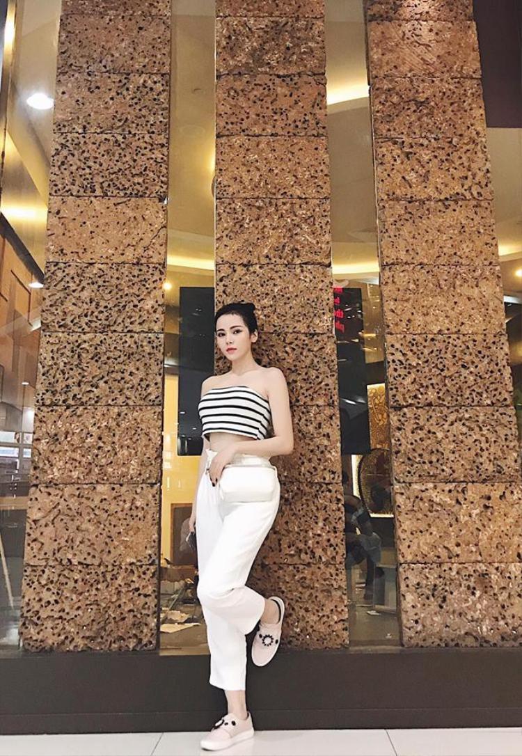 Kim Thành (thành viên nhóm SGirls) khoe tấm ảnh xuống phố ngày 8/3 trên trang cá nhân. Nữ ca sĩ diện áo crop-top khoe eo thon, kết hợp cùng là quần suông trắng, mái tóc cột cao năng động.