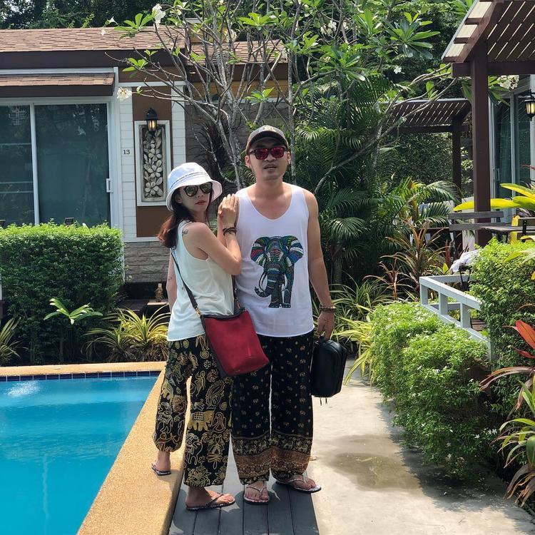 Vợ chồng diễn viên hài Thu Trang - Tiến Luật tình tứ với set đồ thoải mái trong ngày Quốc tế phụ nữ 8.3 này.