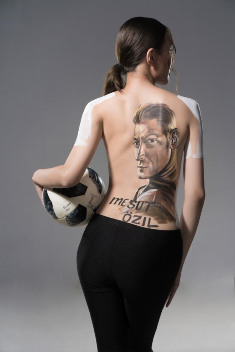 Phương Chi là fan cuồng của Mesut Ozil.