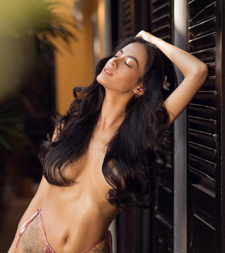 """Trong bộ ảnh nude người đẹp khoe đường cong cơ thể chuẩn mực cùng làn da nâu đặc trưng. Mặc dù đã là bà mẹ hai con thế nhưng thân hình """"đồng hồ cát"""" khỏe khoắn của chân dài Nguyễn Đình Như Vân là khao khát của lứa người mẫu hiện nay."""