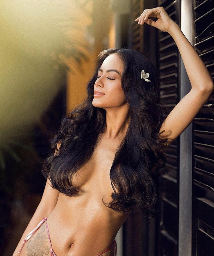 Cô để lộ phần ngực khó rời mắt. Sở hữu chiều cao 1m74 và số đo ba vòng hoàn hảo, cùng gương mặt sexy, quyến rũ, Như Vân được đánh giá là một trong những người mẫu nóng bỏng của làng thời trang.