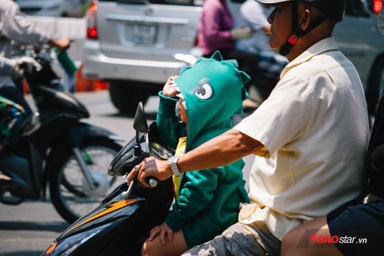 Trẻ con, người lớn bơ phờ khi phải chạy xe ngoài đường lớn, đặc biệt những tuyến đường vắng cây như Tôn Đức Thắng, Võ Văn Kiệt,…