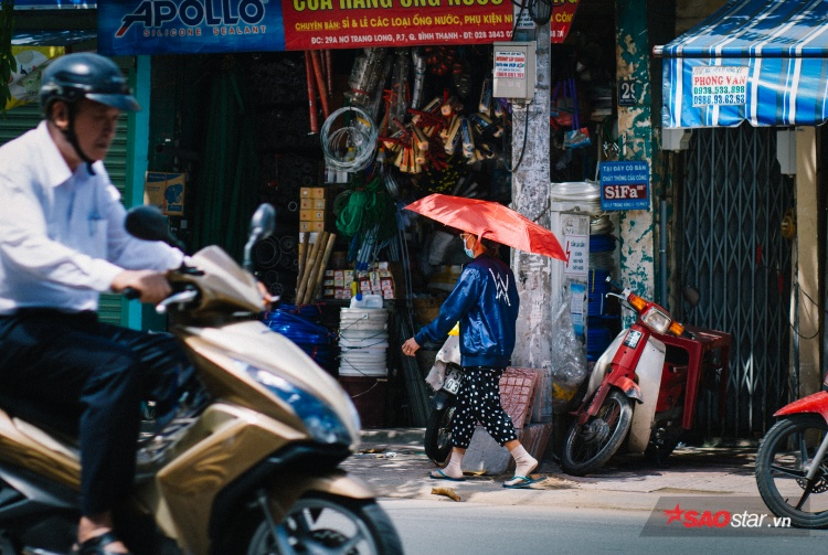 Sinh viên phải trang bị thêm dù để đến trường học.