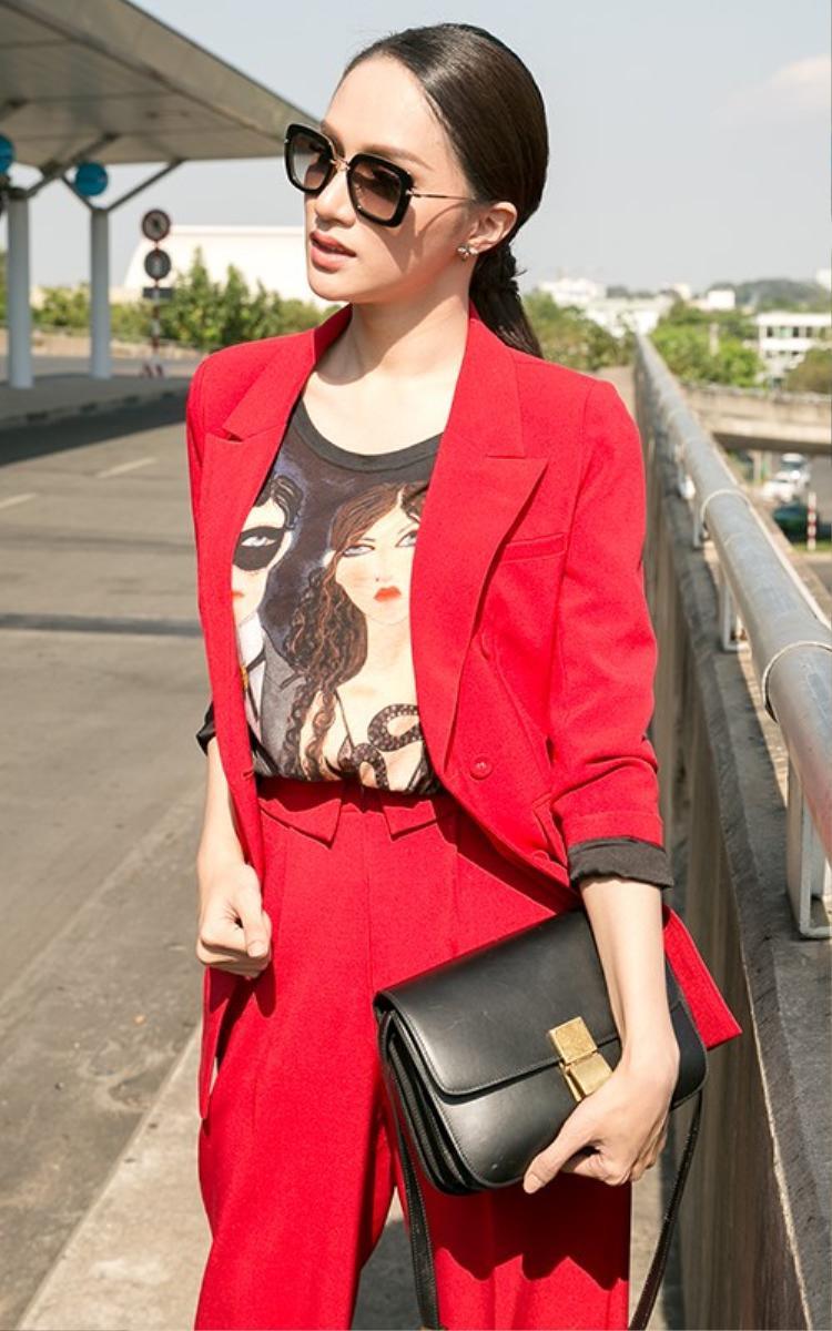 Lên đường ra nước ngoài chinh chiến tại cuộc thi, Hương Giang mặc cả cây vest đỏ rực nổi bật tại sân bay.