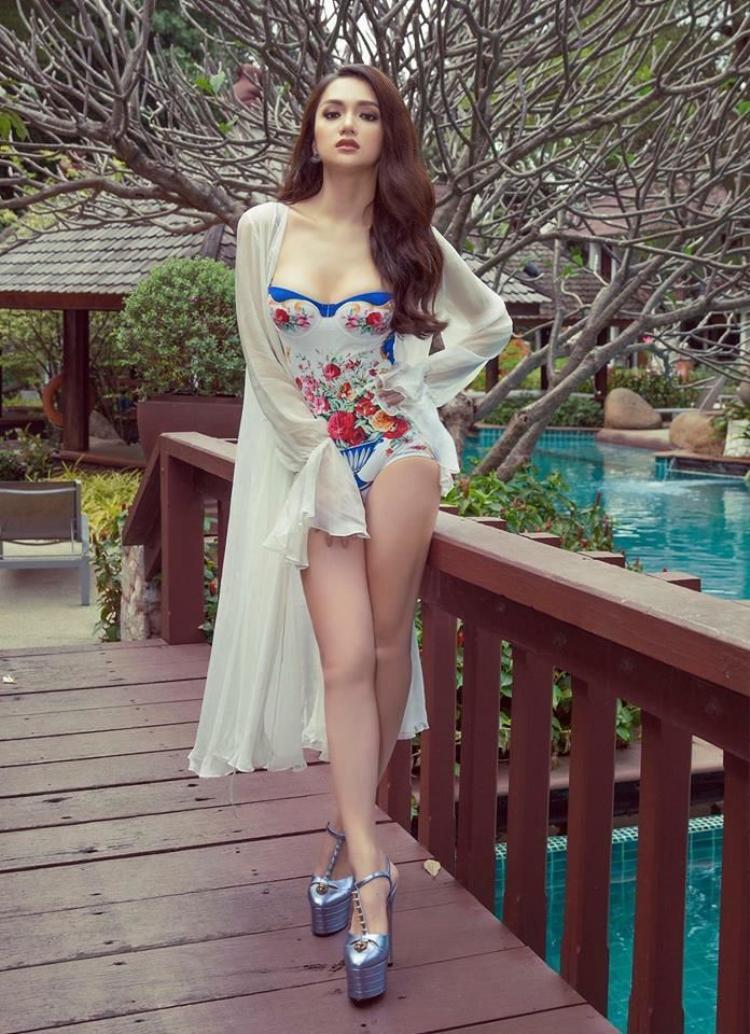 Trong phần thi áo tắm, Hương Giang cũng đầu tư hết mức khi mạnh tay chi 14 triệu đồng cho bộ đồ bơi một mảnh cùng với đó là giày cao gót đính đá của Gucci có giá hơn 20 triệu đồng.
