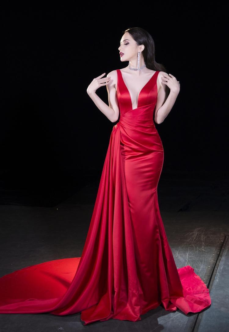 Trong hoạt động chụp ảnh dạ hội cũng như quay hình, Hương Giang Idol tỏa sáng trong bộ đầm đỏ xẻ ngực táo bạo của NTK Lê Thanh Hòa, cô tự tin tạo những dáng khó và thời trang.