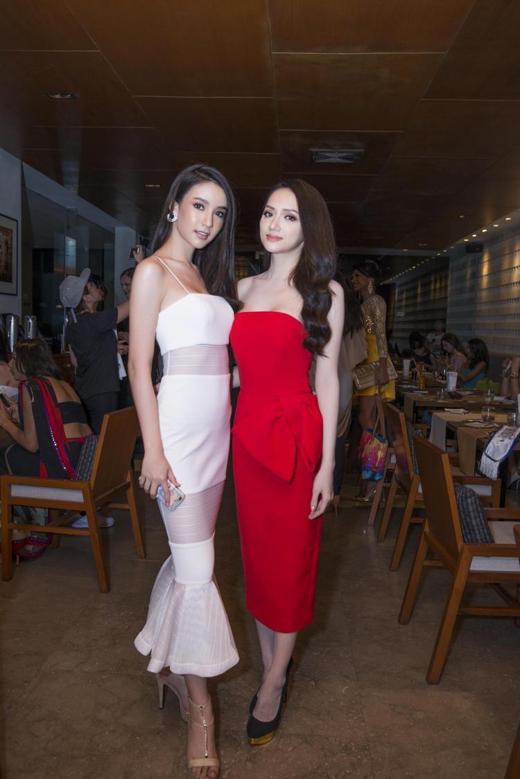 Đứng cạnh thí sinh Yoshi của đội chủ nhà Thái Lan trông Hương Giang vẫn xinh đẹp không hề thua kém chút nào không chỉ nhờ trang phục mà còn nhờ thần thái đẳng cấp.