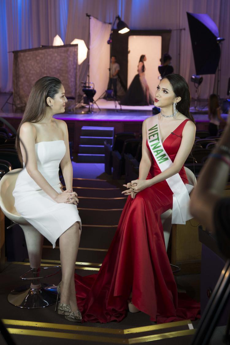 Không những thế, Hương Giang còn hoàn thành xuất sắc phần phỏng vấn với ngôi sao Diana Flipo bằng tiếng Anh khiến dư luận trong nước hết lời khen ngợi và nhận được sự chú ý từ phía ban giám khảo cuộc thi.