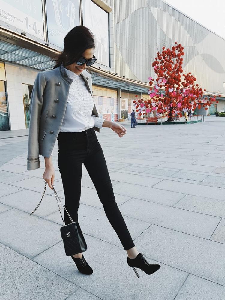 Chỉ cần sơ mi trắng với jeans đen đơn giản, Thanh Hằng đã có outfit cực chất mà không cần phải cầu kì.