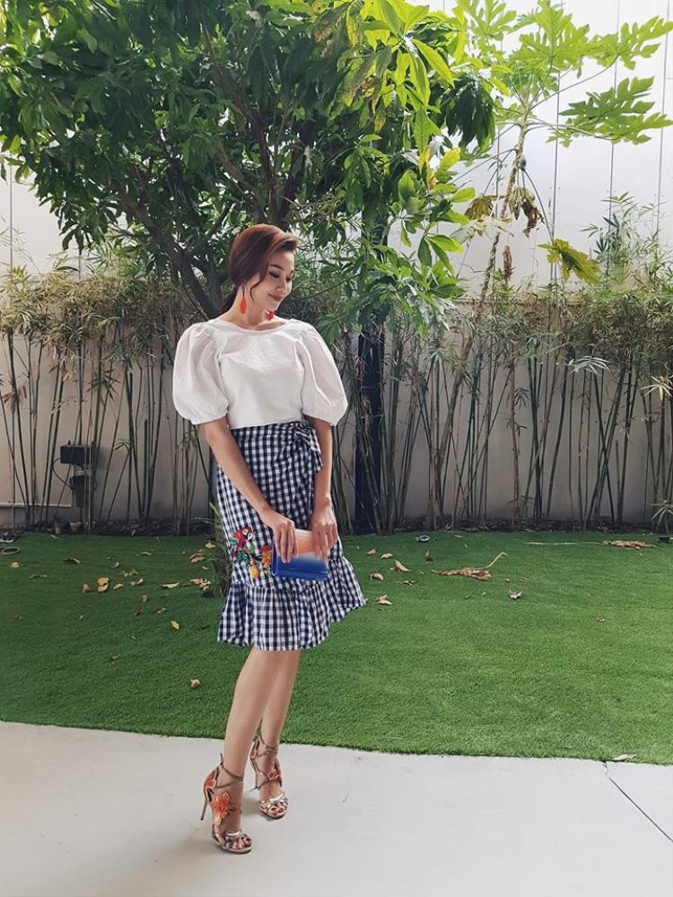 Kết hợp với chân váy đuôi cá họa tiết gingham, Thanh Hằng trở nên xinh đẹp và dịu dàng cuốn hút.
