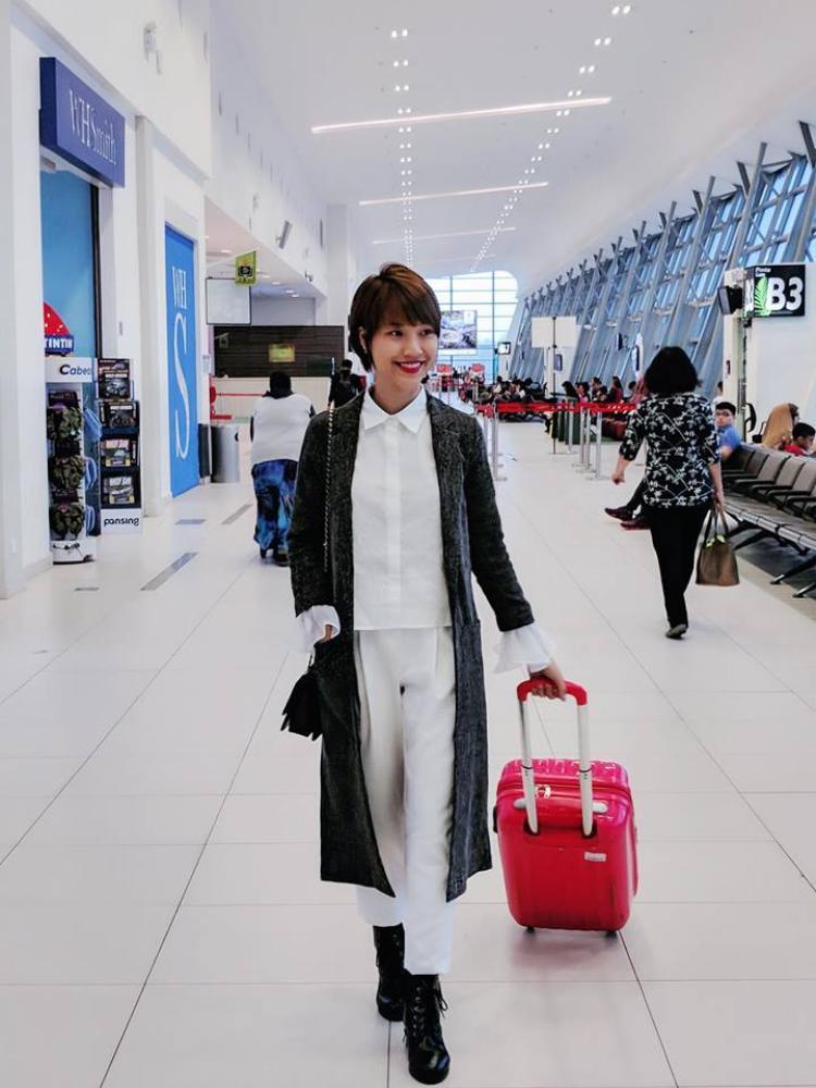 Thời trang sân của Hoàng Oanh đơn giản nhưng không hề nhàm chán khi cô kết hợp với white on white cùng cardigan len dáng dài tạo điểm nhấn.