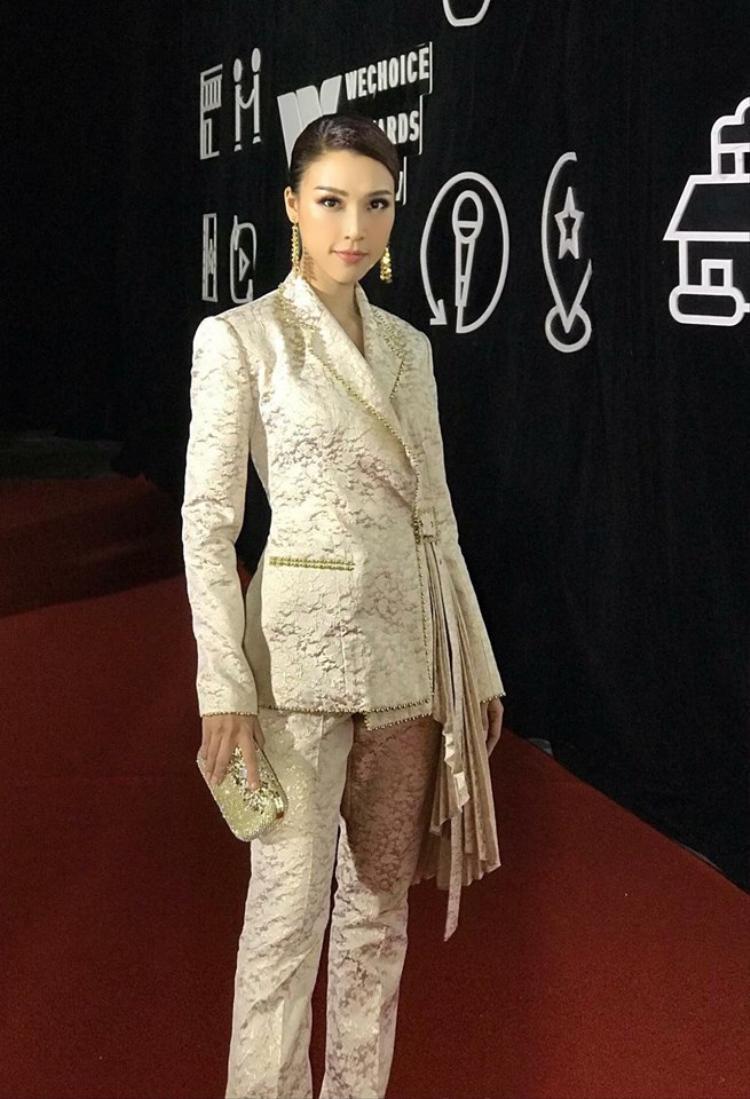 Hoàng Oanh cũng đâu kém phần thu hút khi diện những bộ suit đẹp long lanh như thế này