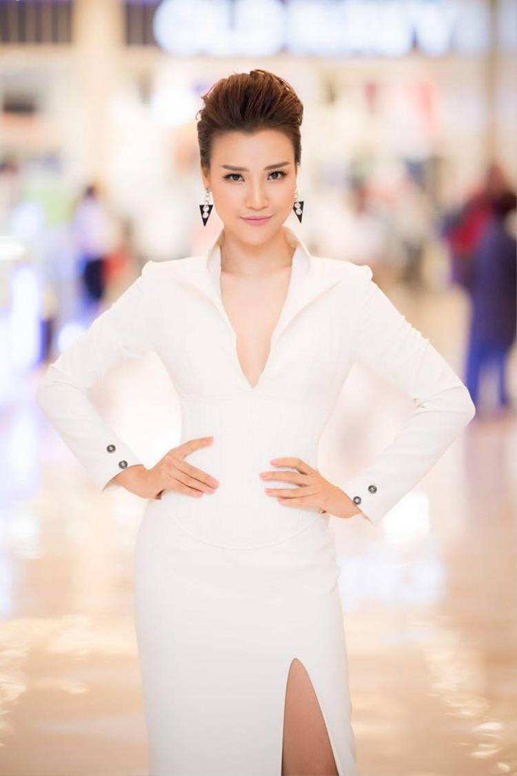 Kể từ khi thay đổi kiểu tóc thì gout thời trang của Hoàng Oanh cũng thay đổi đáng kể. Không thể phủ nhận cô ngày càng đẹp hơn.