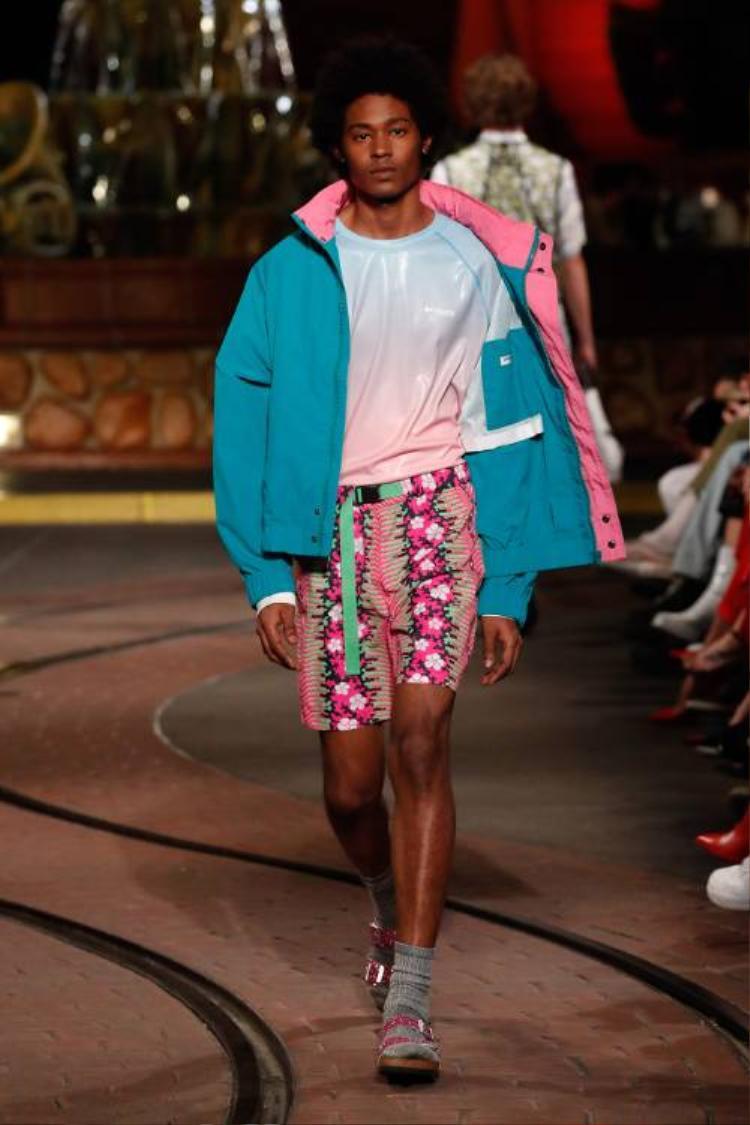 Theo Disney, con trai cũng có thể mặc quần hoa hồng, cùng áo phông chuyển màu ombre chất PVC mà vẫn hoàn toàn nam tính.