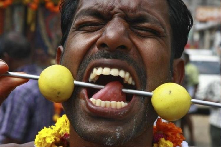 Người theo đạo Hindu tại Ấn Độ xỏ khuyên vào các bộ phận trên cơ thể để chứng minh lòng thành kính. Ảnh: garfors