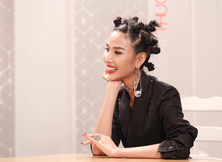 Nhắc đến dàn sao Việt cùng những kiểu tóc từng khiến fan hốt hoảng, chắc chắn không thể bỏ qua Hoàng Thùy. Trong chương trình The Face Việt, Á hậu 1 của Hoa hậu Hoàn vũ 2017 từng để mái tóc bím, được cột thành từng chỏm lạ mắt, khá ấn tượng.