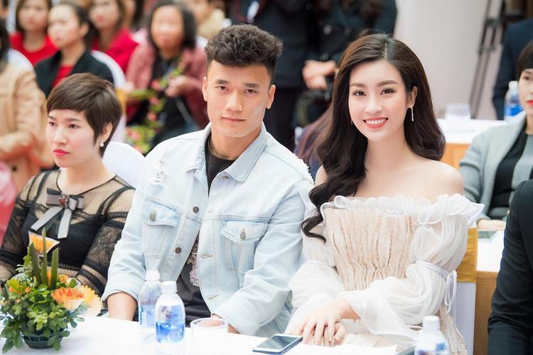 Bùi Tiến Dũng cùng Hoa hậu Đỗ Mỹ Linh góp mặt ở sự kiện sáng nay (9/3).
