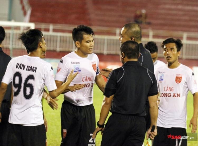 Hậu vệ Huỳnh Quang Thanh (giữa) chính thức được giảm án và sẽ có thể trở lại sân cỏ vào cuối tháng 5/2018.