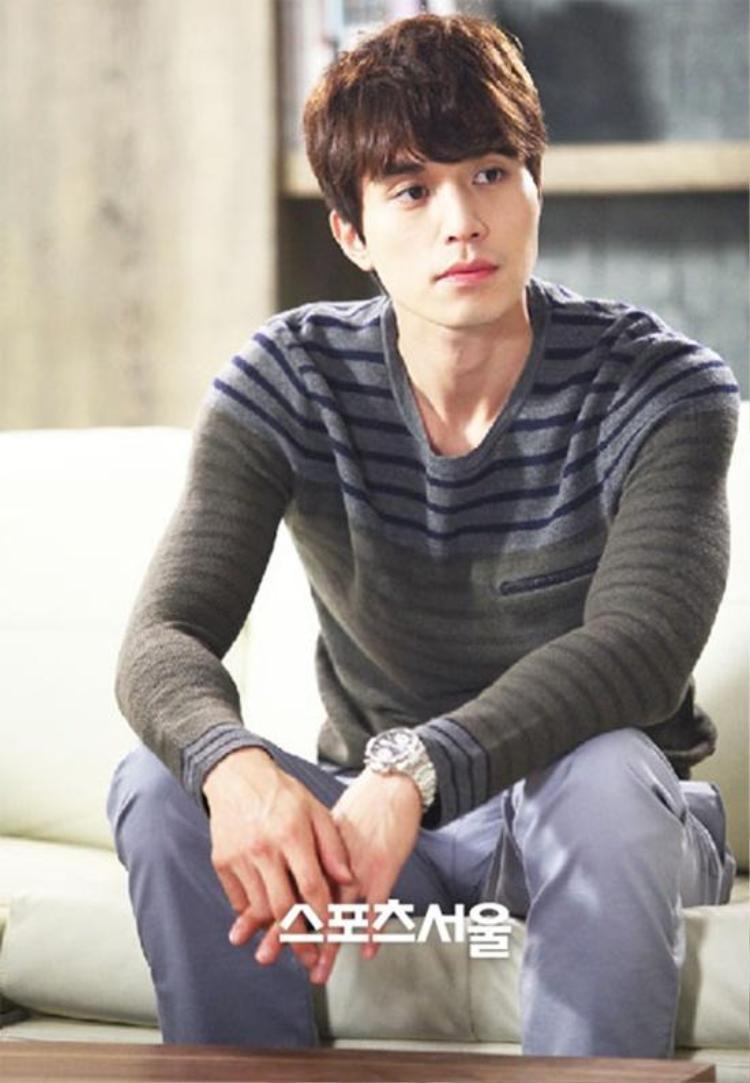 Các thể loại áo thun sọc ôm, khoe hình thể cũng nằm trong danh sách những trang phục yêu thích của nam diễn viên.