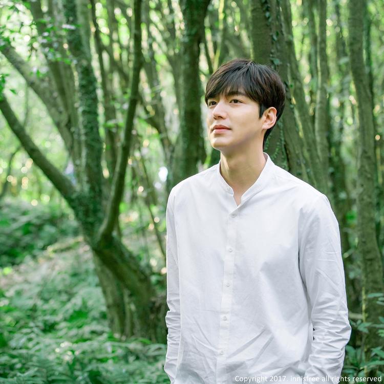 Thì Lee Min Ho lại ưa chuộng chiếc áo cổ lãnh tụ này hơn.