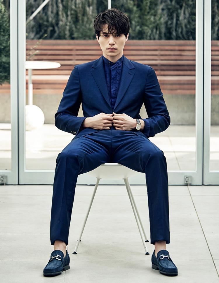 Cô gái nào có thể ngoảnh mặt với một anh chàng cực kỳ đẹp trai diện cả cây vest như thế này.