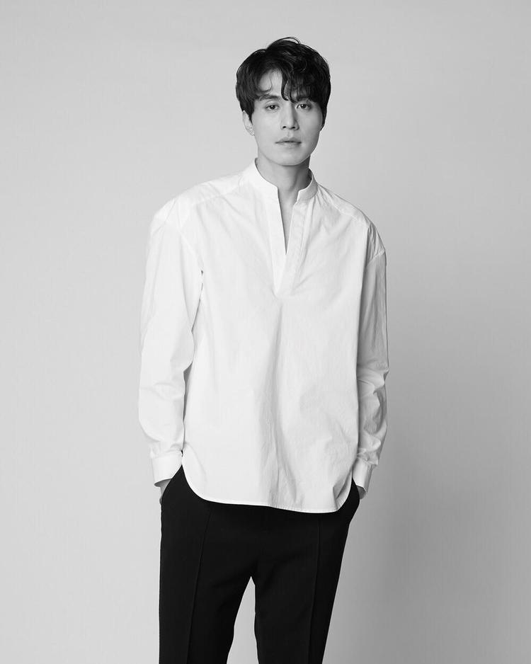 Cùng thích mặc sơ mi trắng, nhưng nếu Dong Wook chọn áo xẻ cổ trụ, phom rộng…