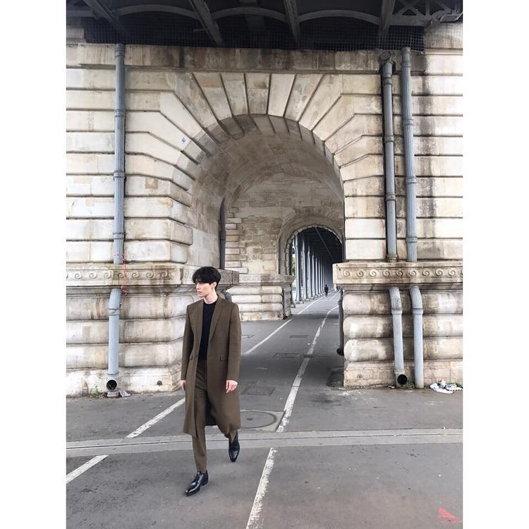 Áo khoác dáng dài cùng quần tây phối với áo thun basic khiến Dong Wook trông như một fashionisto thực thụ.