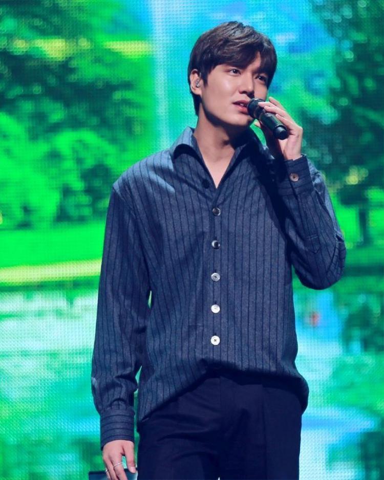 Lee Min Ho cũng là fan của các loại sọc. Tuy nhiên tủ đồ của tình cũ của Suzy có vẻ đơn điệu hơn, chỉ gồm các kiểu áo sơ mi in sọc.