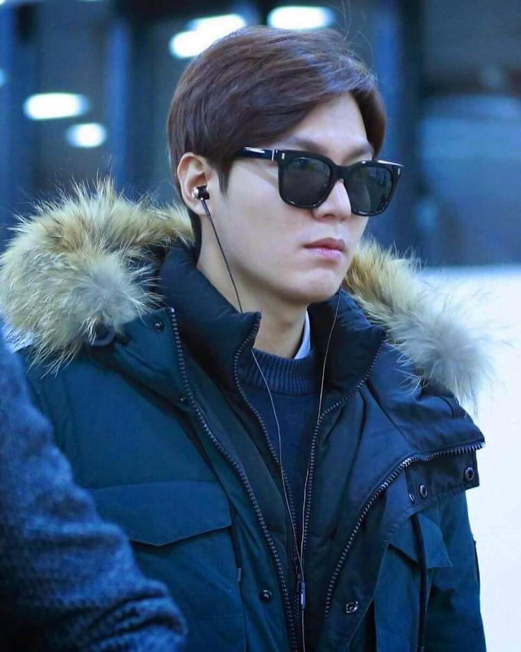 Áo khoác lông cùng kính mát tăng điểm thời thượng, đây quả là phiên bản chàng công tử nhà giàu Goo Jun Pyo ngoài đời thực.