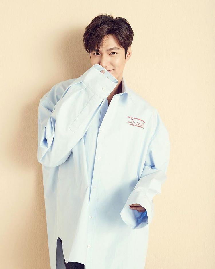 Ngoài ra, những kiểu áo over size với thiết kế măng sét to, dài cũng là một trong những items được anh yêu thích.