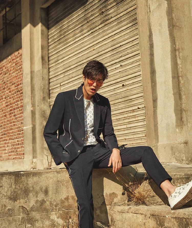 """Lee Min Ho cũng là một fan của các loại áo vest, nam diễn viên """"Vườn sao băng"""" thường chọn các thiết kế có phần trẻ trung, với các chi tiết nhấn nhá đắt giá, thú vị."""