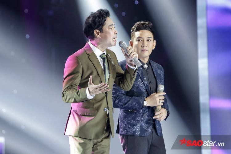 """Là ca sĩ đã đi hát hơn 10 năm, Đoàn Việt Phương thể hiện sự chắc chắn trong giọng hát, phong cách ổn định đã khiến """"anh Ba"""" phải cùng lên sân khấu song ca trong bài hát Lá thư cuối cùng."""