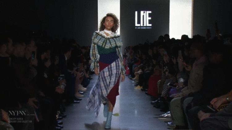 Tính đến nay, siêu mẫu Võ Hoàng Yến là một trong số ít người mẫu Việt Nam được sải bước trên các tuần lễ thời trang quốc tế. Với hơn 10 năm trong nghề, đi kèm sự chuyên nghiệp, độ tự tin về chuyên môn, gạt đi trở ngại về tuổi tác, gần đấy nhất Võ Hoàng Yến lại khiến khán giả ngỡ ngàng khi trình diễn trong những bộ trang phục của NTK Yee Chung Chung tại New York Fashion Week 2018.